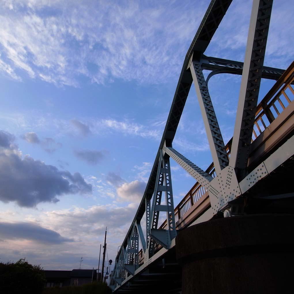 左下から見上げた橋(カラー)