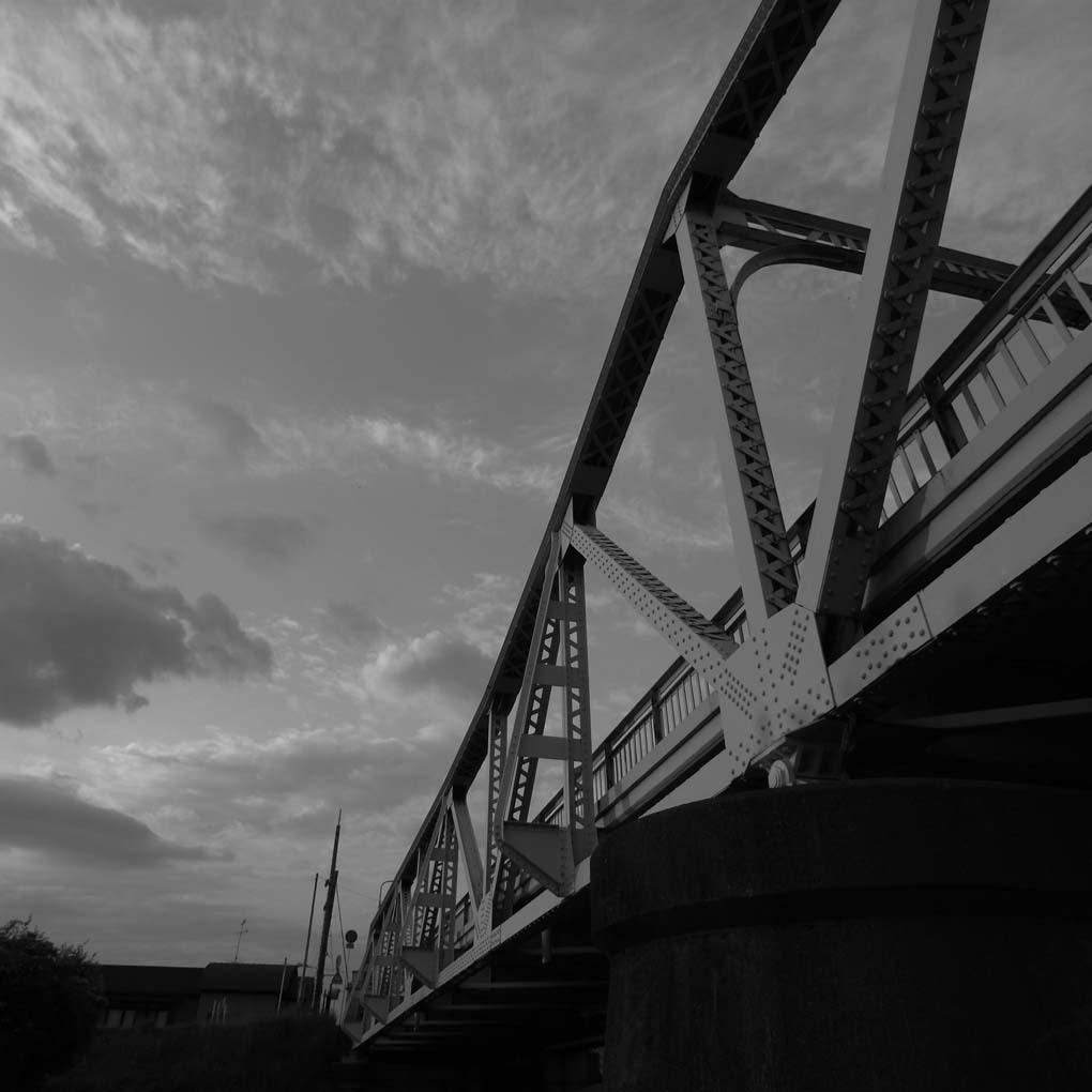 左下から見上げた橋(モノクロ)