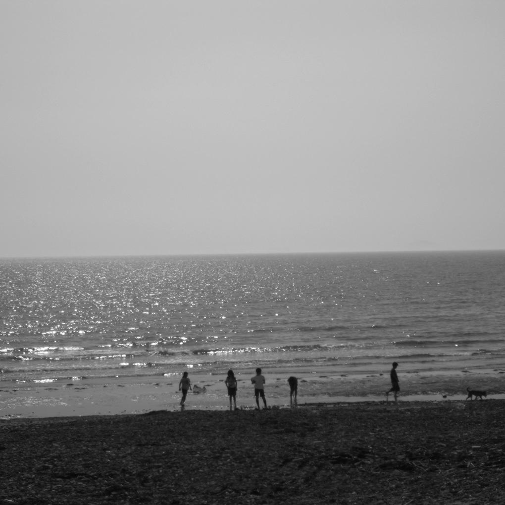 光の海に遊ぶ子ども達