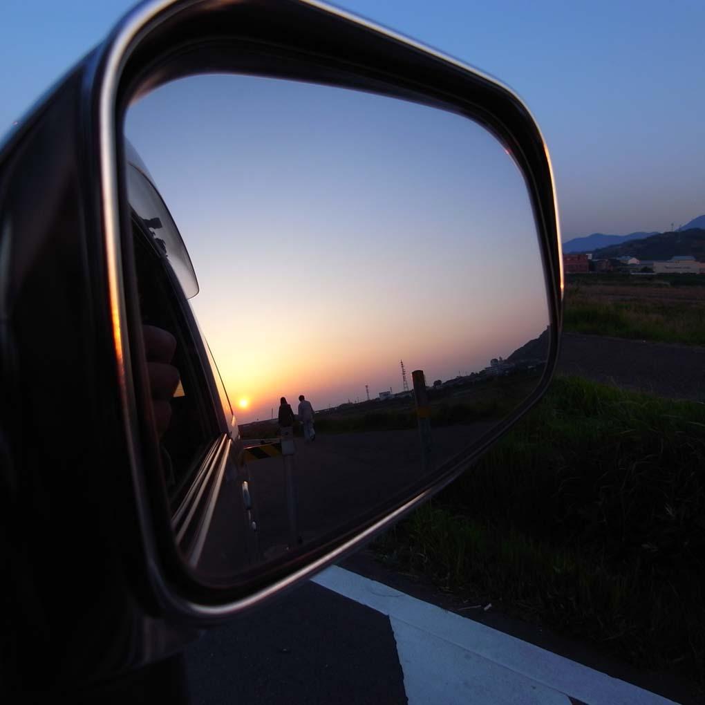 バックミラー越しの夕景