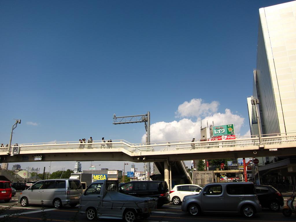 陸橋の向こうの雲