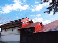 赤い屋根と空