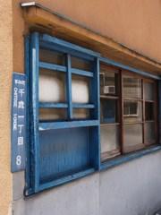 ブルーな窓枠