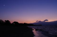 湖畔の夕闇