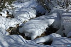 雪山の渓谷