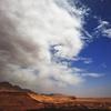 赤い大地と白い雲