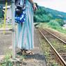 汽車を待つ女の子
