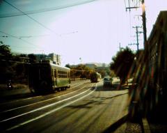 朝陽に輝く電車道