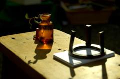 小瓶と雑草とオブジェ