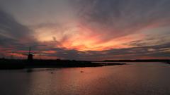 印旛沼・風車 - 夕焼けの風車とカヌー -