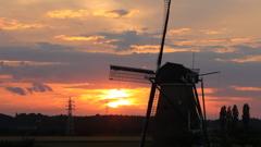 印旛沼・風車 - 釣瓶落としの秋陽 -