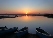 印旛沼・朝景 - 朝陽のあたる舟 -