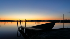 印旛沼・朝景 - 小桟橋と小舟 -