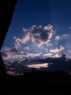 高架下からの夕暮れ