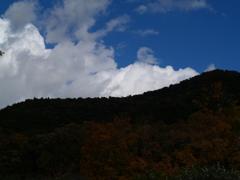 晩秋の空と山