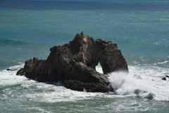 波しぶく日出の石門
