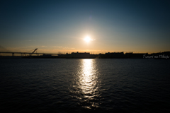 港に朝日が昇るころ