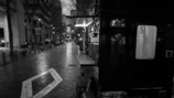 雨の街角に灯る