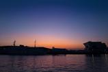 港が朝焼けに染まるころ