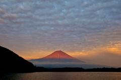 赤富士を望む