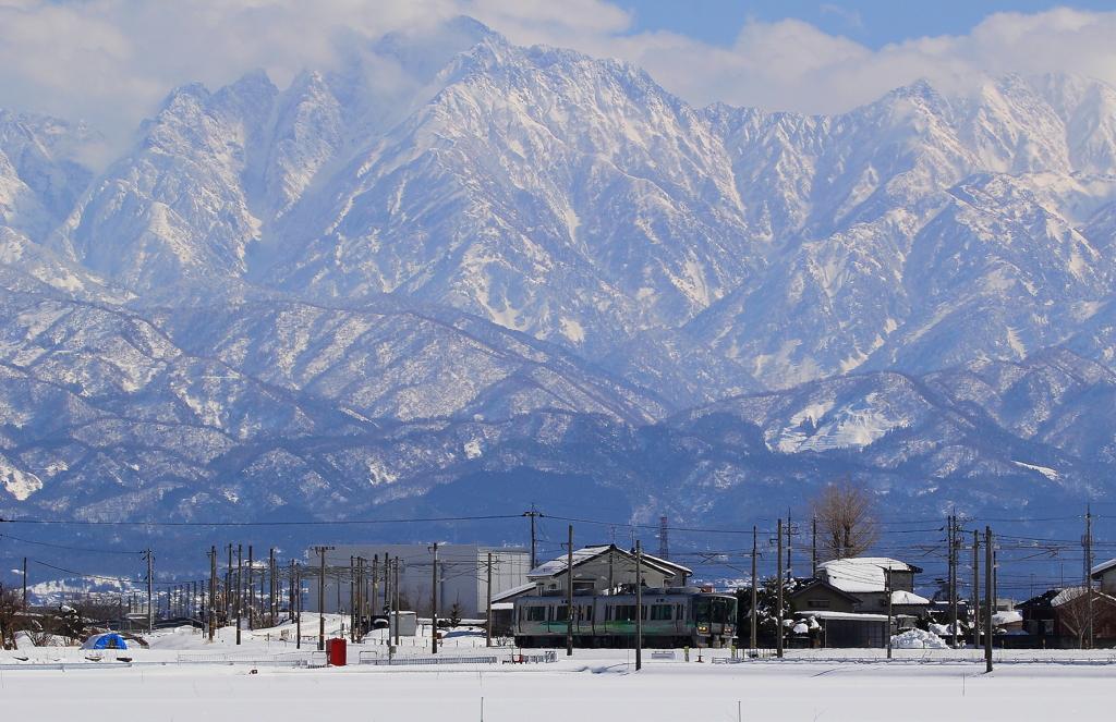 真冬の立山連峰を背に走る、あいの風鉄道