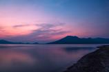 色づく湖面