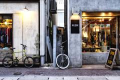 街の隙間に自転車