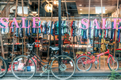 黒と赤の古い自転車