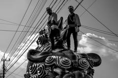 獅子の上に立つ男達