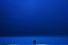 青い海・手を繋ぐふたり