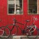 赤い壁の前に自転車