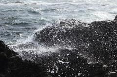 岩を覆う水しぶき