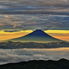 雲間に浮かぶ朝富士