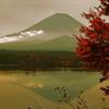 長閑な湖畔の紅葉