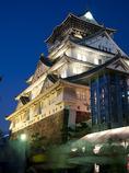 白く浮かぶ大阪城