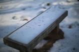 雪の残るベンチ