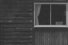 校舎と窓枠