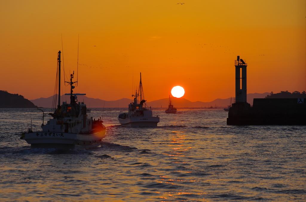 出航、日の出と共に。 by nobuno...