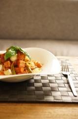 ベーコンとアスパラとカマンベールのトマトソースパスタ