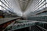 骨とガラスの巨大建造物