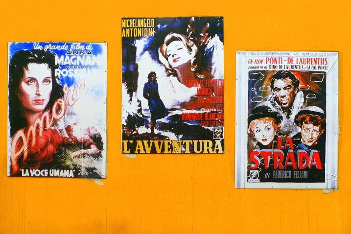 壁に貼られたイタリア映画のポスター
