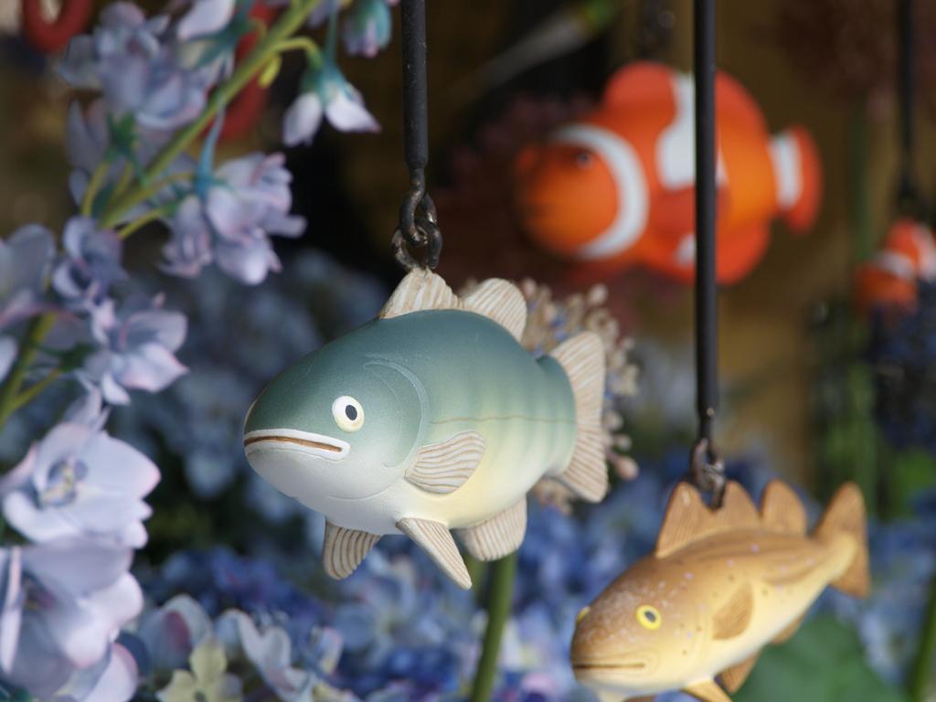 花の中を泳ぐお魚