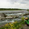 川をとる女性