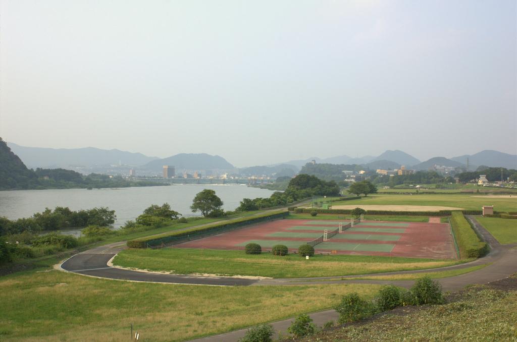 河川敷のテニスコート
