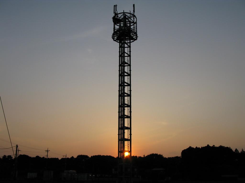 電波塔と夕日