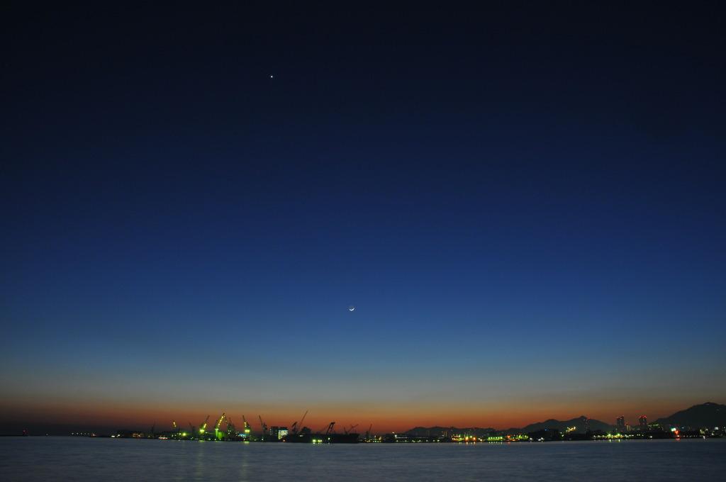 神戸港と三日月