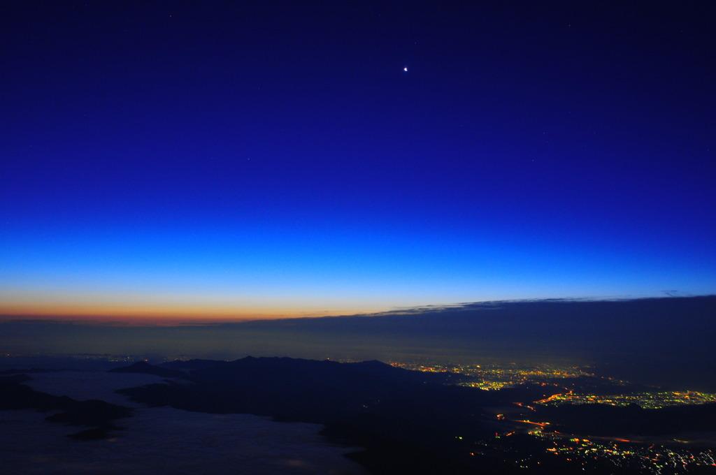 富士山頂夜明け前