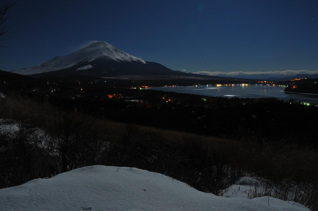 月光の富士と山中湖
