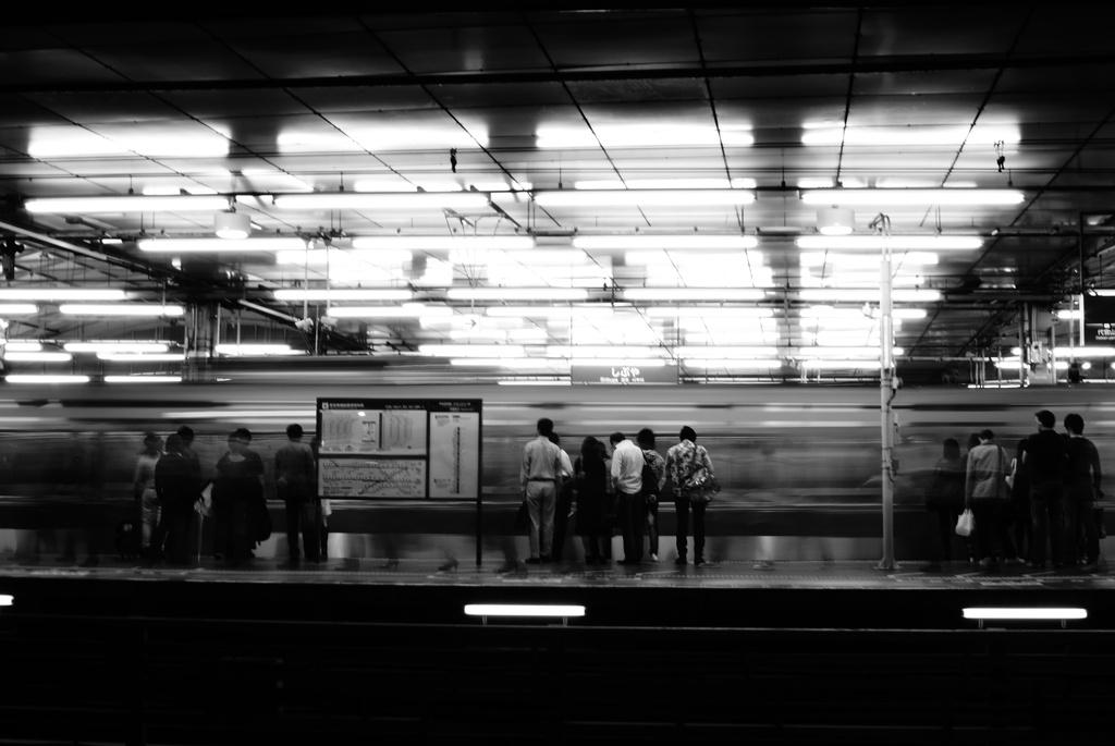 電車を待つ人々