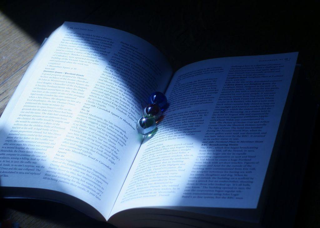 本とビー玉